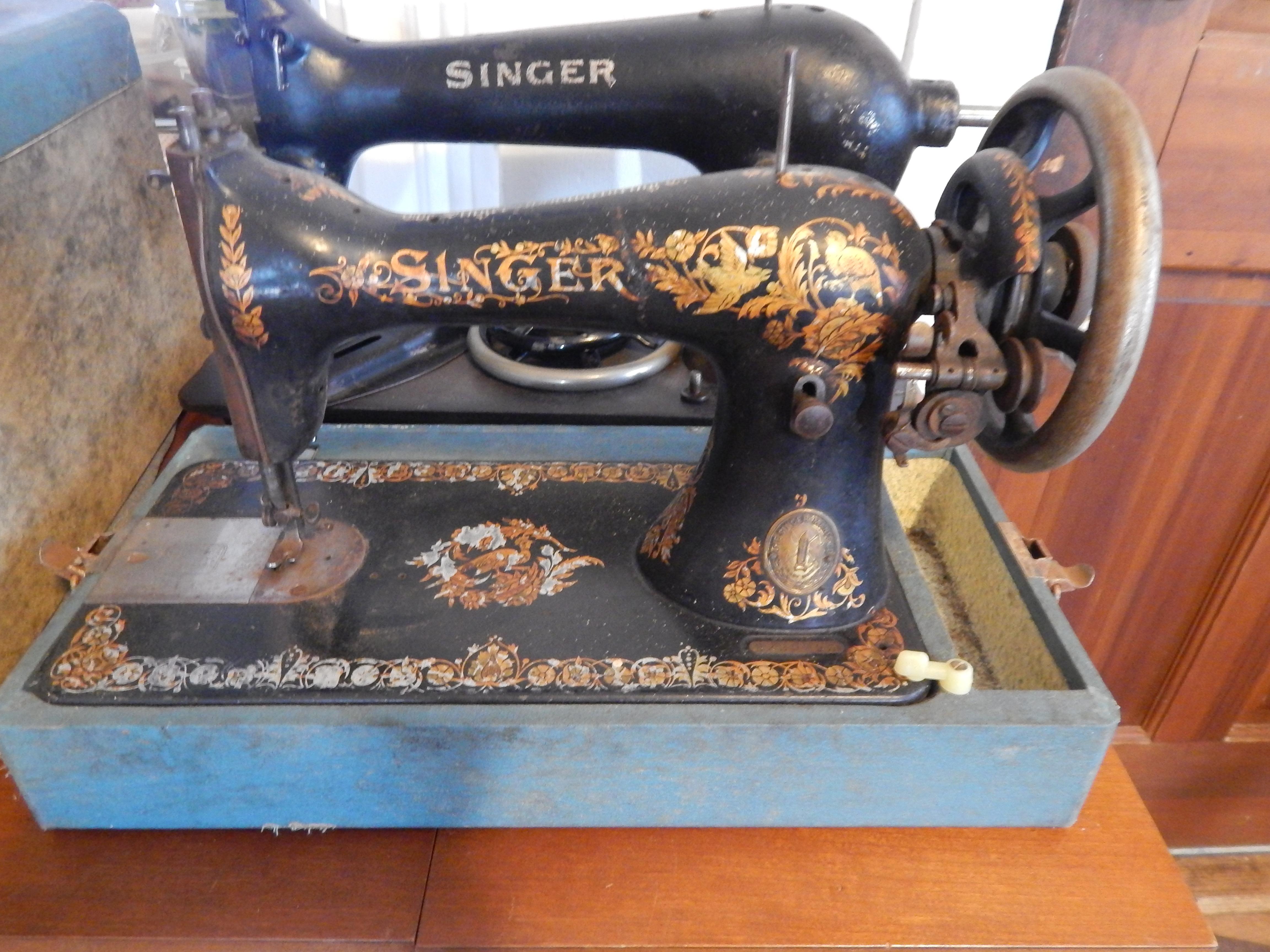 antique sewing machine   Tim Latimer - Quilts etc